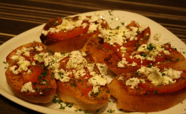 40. Garlic bread with tomatoes and feta cheese 4,50€