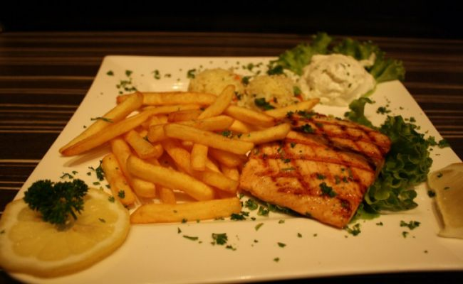 102. grilled salmon fillet 15,00€